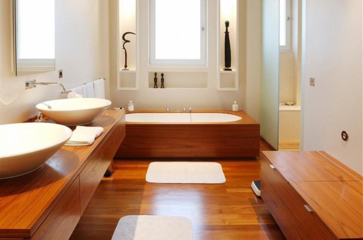 Дерево и интерьере ванной комнаты